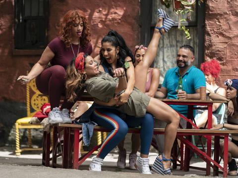 Dascha Polanco, Daphne Rubin-Vega e Stephanie Beatriz em cena de 'Em um Bairro de Nova York', musical de Lin-Manuel Miranda dirigido por Jon M. Chu