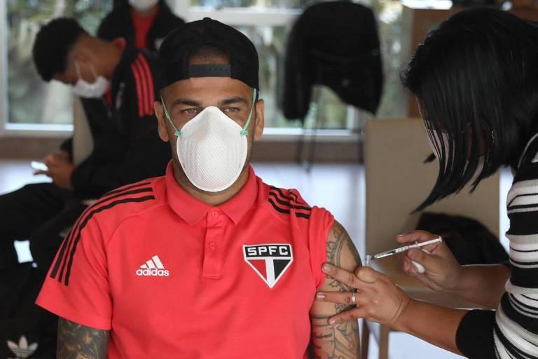 Daniel Alves recebe vacina da Covid-19 no Paraguai