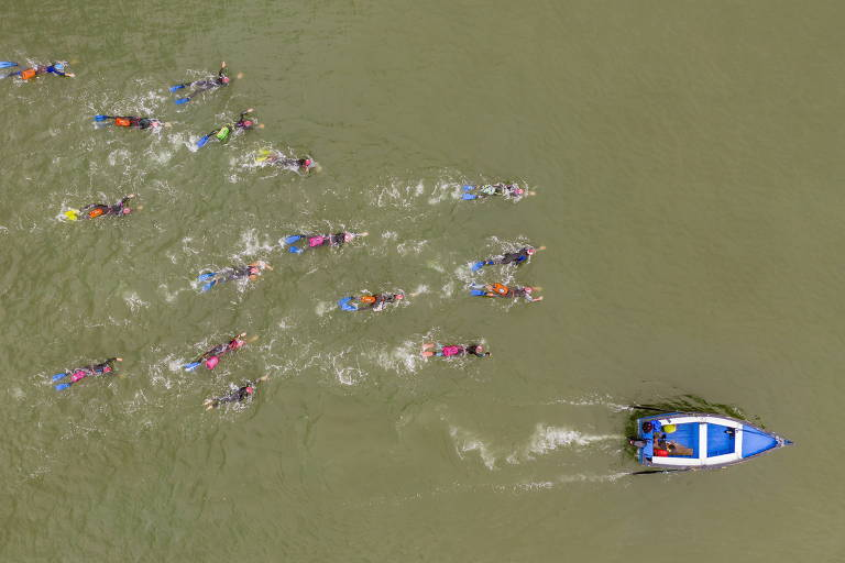 Para combater estresse causado pela pandemia e pela política, um grupo de peruanas chamado Las Truchas se reúne para nadar na praia de Costa Verde, em Chorrillos, região de Lima