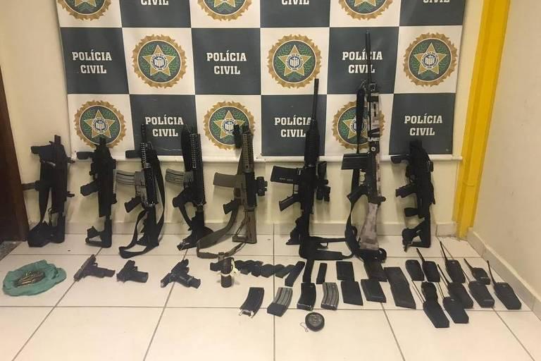 Armas que foram apreendidas pela polícia em Itaguaí, em outubro de 2020.