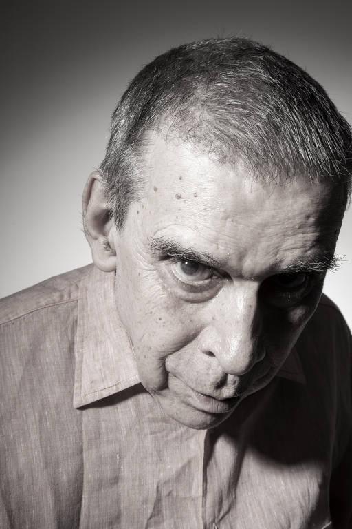 rosto de homem distorcido por lente grande-angular