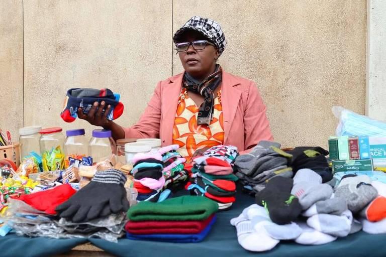 Rose Nyangiza vende produtos do lado de fora da Paramount Plaza no bairro de Ngara, Nairóbi, no Quênia