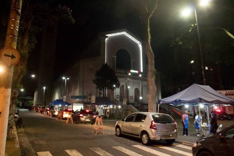 Igrejas de SP fazem quermesses drive-thru para vender chá do padre e bolo de Santo Antônio