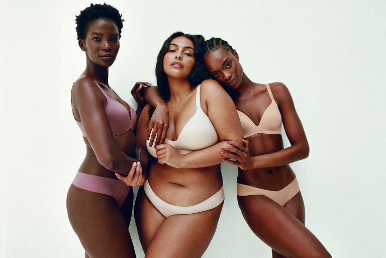 Três mulheres negras com corpos diversos posam de lingerie para a foto
