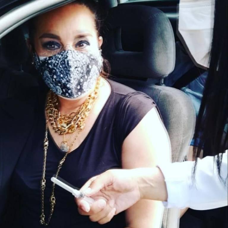 A atriz Suzy Rêgo postou vídeo mostrando ela sendo vacinada contra a Covid-19