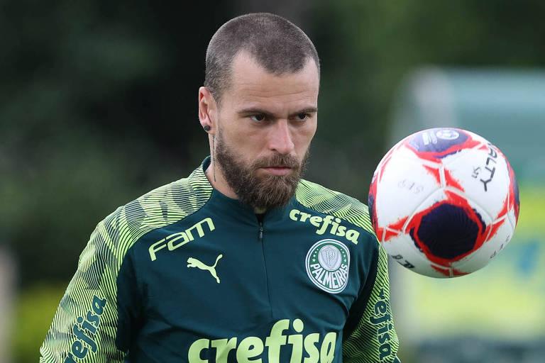 Meia Lucas Lima é afastado pelo Palmeiras após ser flagrado em festa clandestina