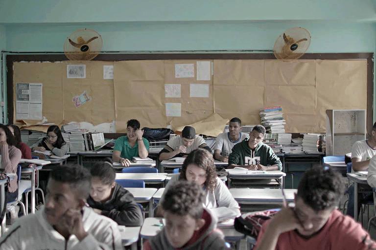 Cena do filme 'Nunca me Sonharam'', de Cacau Rhoden, que retrata o ensino médio público no Brasil
