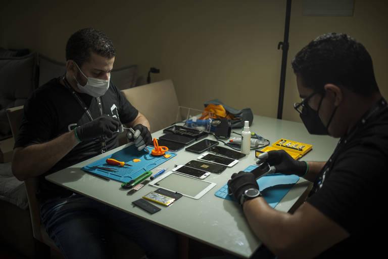 Misael Carvalho e Matheus Santana, sócios de uma microfranquia da Suporte Smart, especializada no conserto de celulares