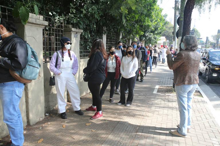 Inscrição da xepa da vacina para maiores de 18 anos em SP conta com longas filas
