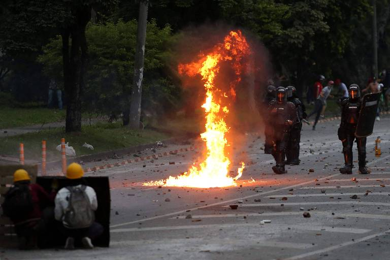 Manifestantes e policiais se enfrentam em Cali