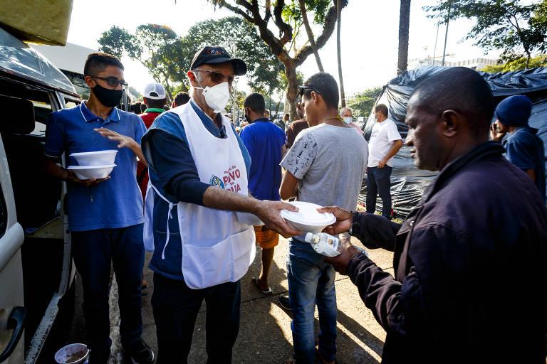 Cruz Vermelha e padre Júlio Lancellotti distribuem kits de inverno para moradores de rua em São Paulo