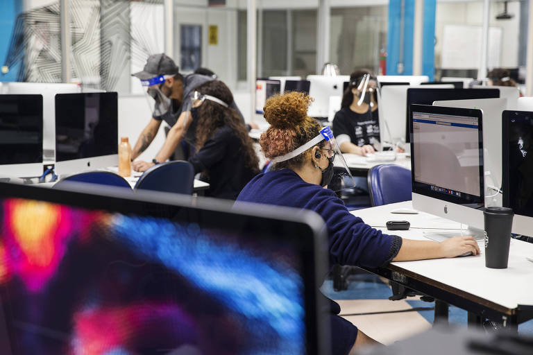 Alunos durante aula do curso de design de mídias digitais da turma do 3º semestre no Senai (unidade do Campos Elísios, em São Paulo)