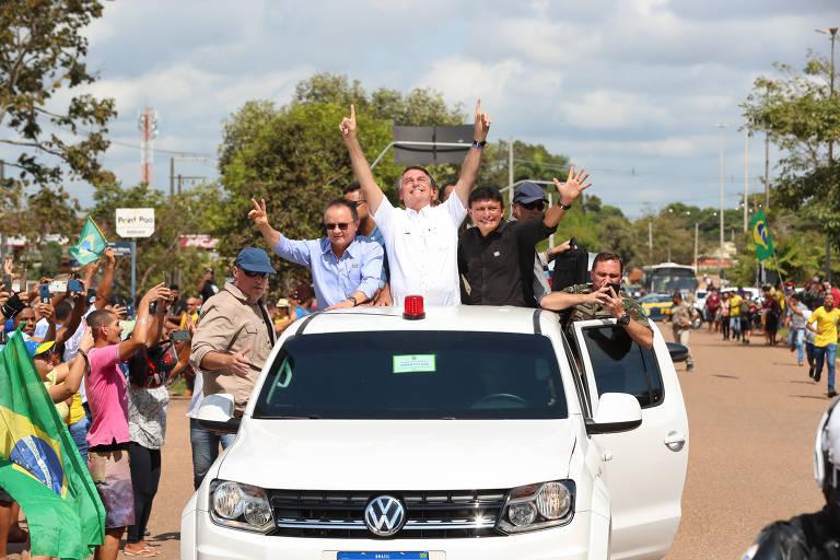 O presidente Jair Bolsonaro desfila em carro aberto na cidade de Marabá, no Pará