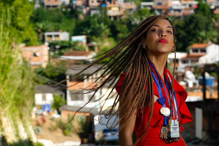 Lorena em Candeias (BA), com medalhas conquistadas na área de robótica