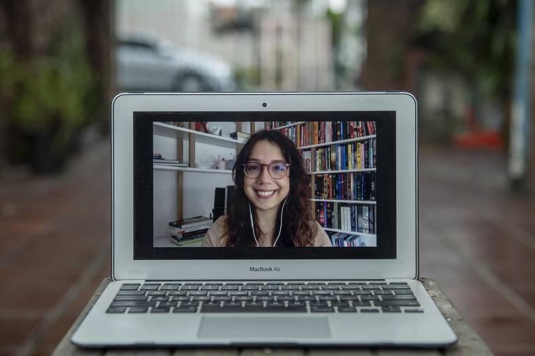 A designer Rafaela Paludo, 30, de Porto Alegre, que conseguiu aumentar seu salário após curso livre de UX (experiência do usuário)