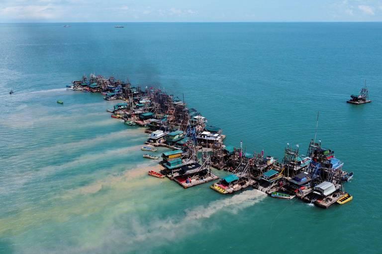 Vista aérea mostra pontões de madeira equipados para dragar o fundo do mar em busca de depósitos de minério de estanho na costa de Toboali, na costa sul da ilha de Bangka, na Indonésia