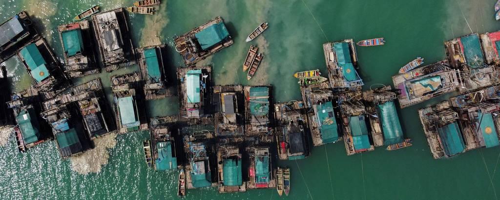 Plataformas de madeira em embarcações utilizadas para mineração de estanho no mar, na Indonésia