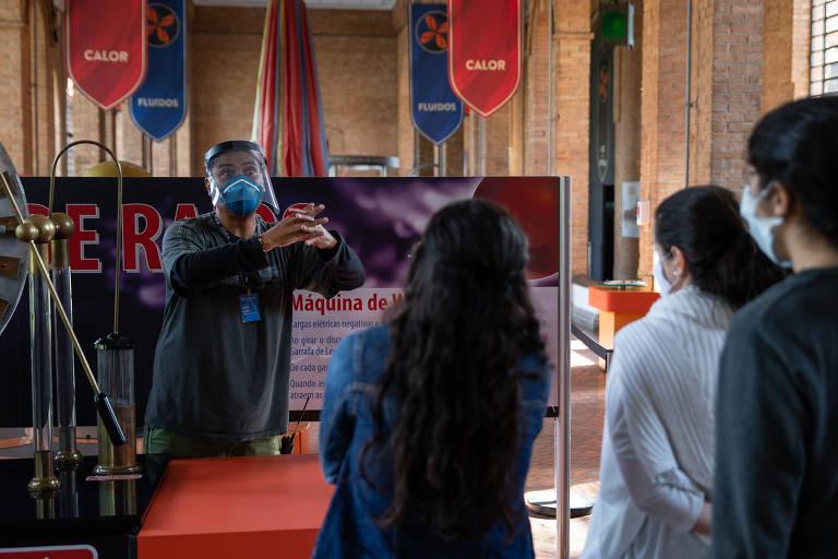 Mediador faz demonstração de experimento no Museu Catavento