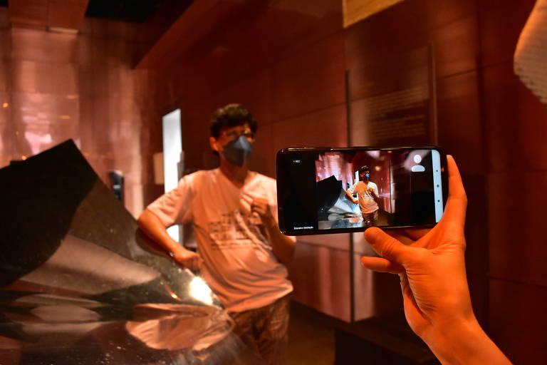 Mediador conduz visita virtual no MM Gerdau - Museu das Minas e do Metal, em Belo Horizonte