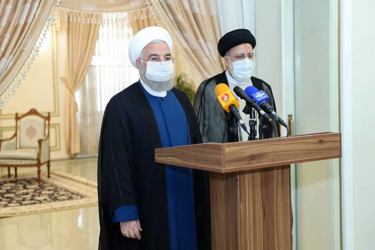 O atual presidente do Irã, Hassan Rowhani, à esq., e o presidente eleito, Ebrahim Raisi, falam à imprensa após encontro em Teerã