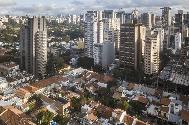 Vista da região; em primeiro plano, as casas e, ao fundo, prédios