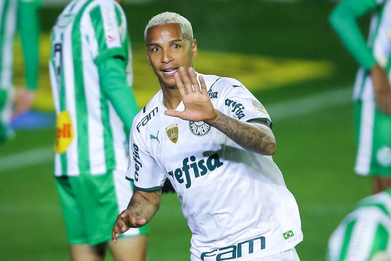 Deyverson comemora gol marcado contra o Juventude, em sua volta ao Palmeiras