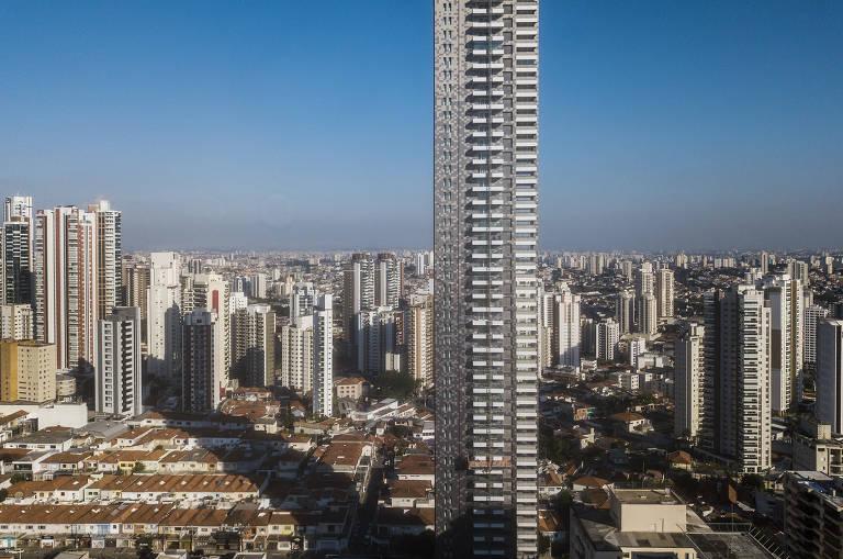 Edifício altíssimo encravado em bairro majoritariamente de casas