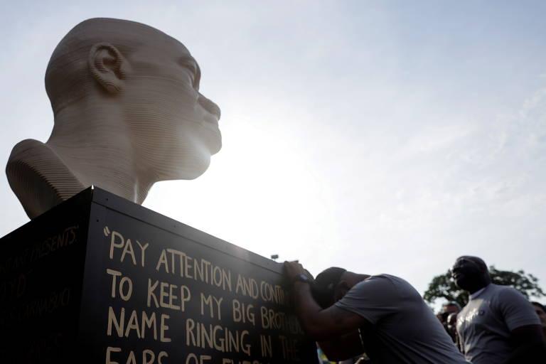 Estátua de George Floyd inaugurada em Nova York neste sábado; perto dela, Terrence Floyd, irmão de George, presta homenagem