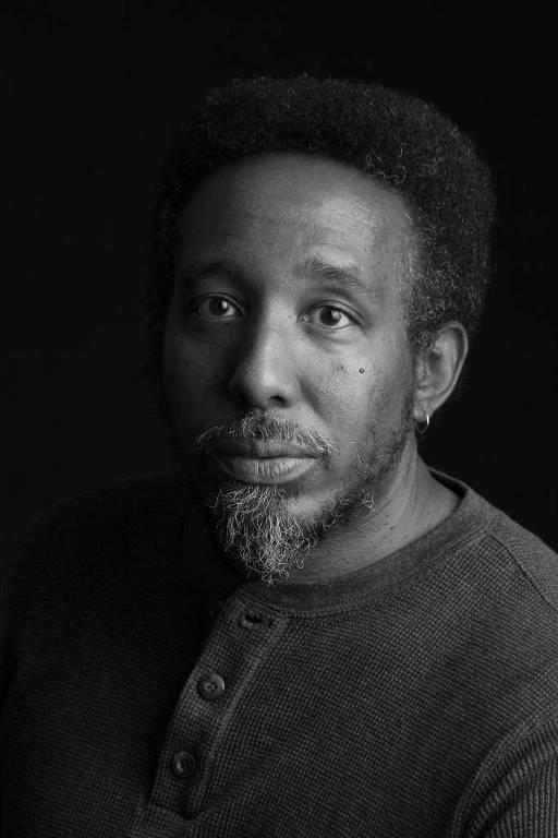 homem negro de barba em retrato em preto e branco