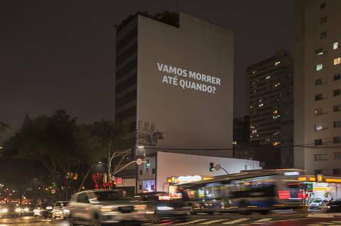 Folha projeta vídeo em rua de SP em homenagem aos 500 mil mortos