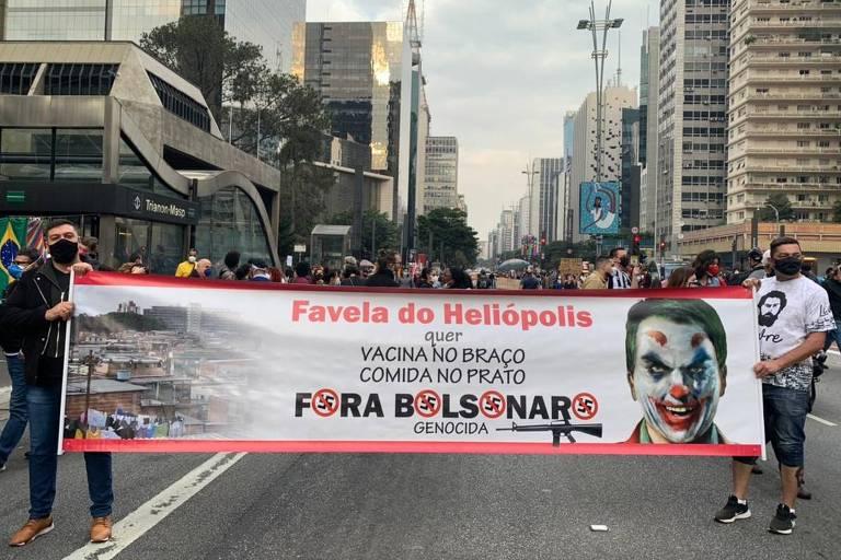 Manifestantes seguram faixa dizendo Fora, Bolsonaro