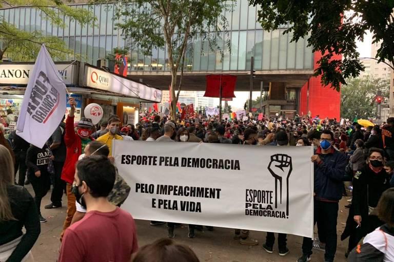 Membros do grupo Esporte Pela Democracia participam da manifestação contra o governo Bolsonaro neste sábado (19), na avenida Paulista, em São Paulo (SP)