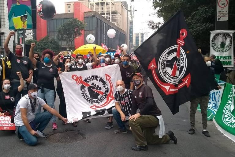 Torcedores do Coletivo Democracia Corinthiana participam da manifestação contra o governo Jair Bolsonaro neste sábado (19), na avenida Paulista, em São Paulo (SP)