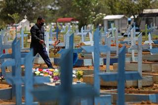 Cemitério em Manaus (AM) em meio à pandemia de coronavírus