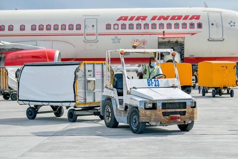 Avião da Air India com doses da vacina Covishield, produzida na Índia, no aeroporto de Velana, na capital das Maldivas, Malé