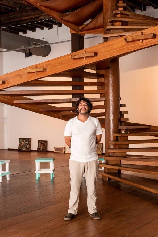 homem diante de escada