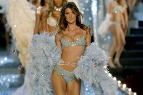 ORG XMIT: 065101_1.tif A modelo brasileira Gisele Bündchen desfila para a marca de lingerie Victoria's Secret em Nova York, EUA. (Brazilian supermodel Gisele Bundechen leads other models down the runway in the 2003 Victoria's Secret fashion show in New York, November 13, 2003. REUTERS/Mike Segar EDITORIAL USE ONLY)