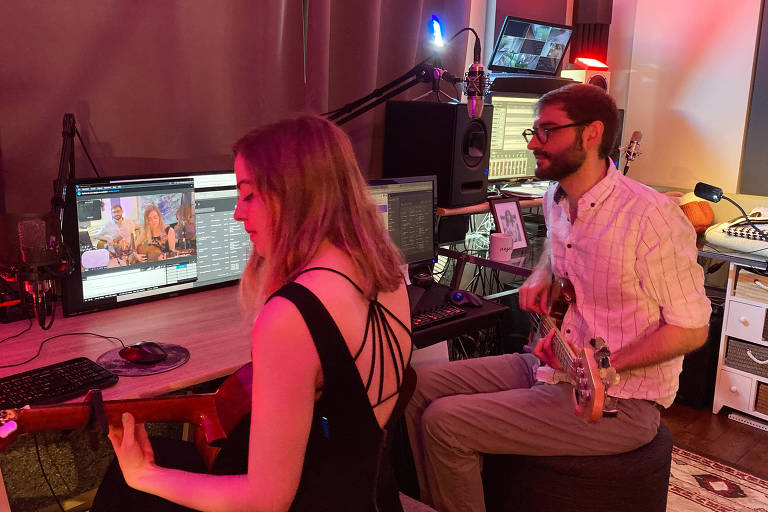 músicos tocam diante de computador
