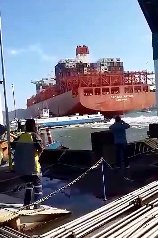 Navio colide e destrói píer de travessia de balsas no litoral de SP