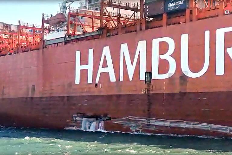 Navio da Hamburg Süd com casco danificado após acidente no terminal de balsas entre Santos e Guarujá (SP)