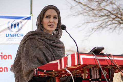 US actress Angelina Jolie, United Nations High Commissioner for Refugees (UNHCR) special envoy, gives a statement in Goudebo, a camp that welcomes more than 11,000 malian refugees in northern Burkina Faso, on International Refugee Day on June 20, 2021. (Photo by OLYMPIA DE MAISMONT / AFP)
