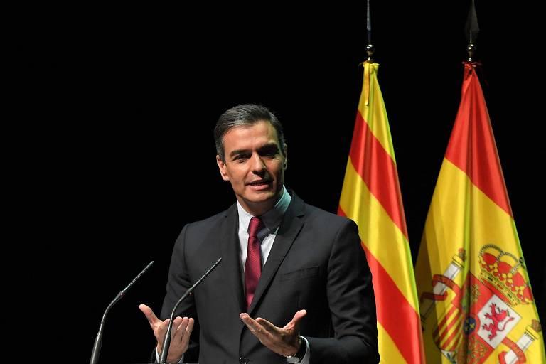 O premiê espanhol, Pedro Sánchez, discursa no Teatro do Liceu de Barcelona