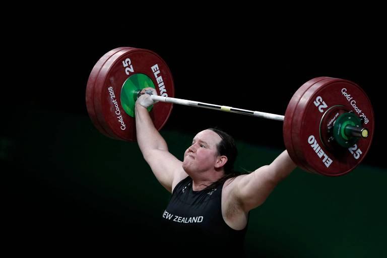 Laurel Hubbard ergue peso compete durante os Jogos da Comunidade Britânica de 2018