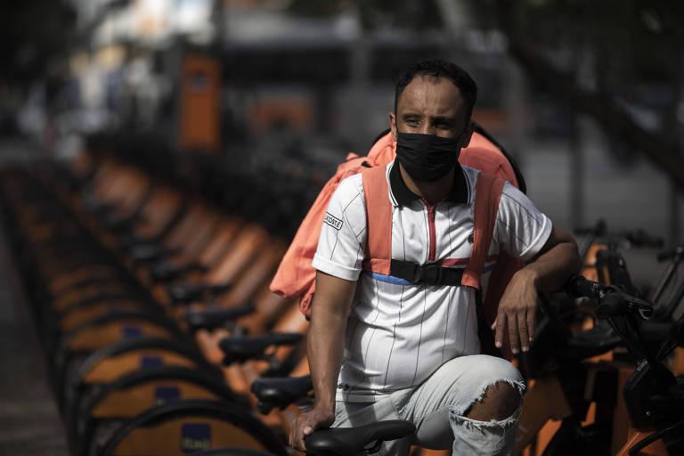 O entregador Rafael Maximiliano da Silva na avenida Faria Lima, em SP