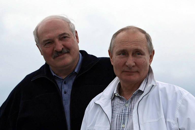 O ditador da Belarus, Aleksandr Lukachenko (esq.), e o presidente da Rússia, Vladimir Putin, em passeio de barco no Mar Negro, uma semana após o desvio do voo da Ryanair