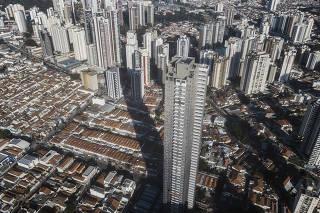Vista aerea do Edificio Figueira Altos do Tatuape de 170 metros e da sua  sombra projetada sobre casas e outros edificios menores