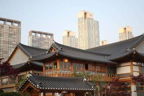 !!!ATENÇÃO!!! FOTO DA BBC - NÃO USAR EM OUTRAS MATÉRIAS Em meio aos arranha-céus, você pode encontrar hanoks, a tradicional casa coreana