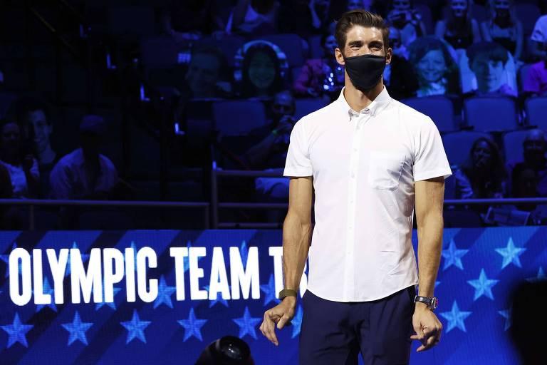 Phelps de máscara, camisa branca e calça