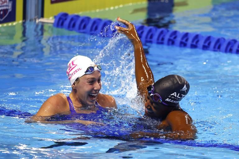 Nadadoras interagem e riem na piscina