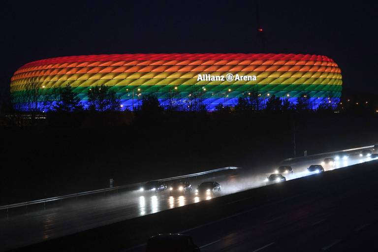 Allianz Arena iluminada com as cores do arco-íris para a partida entre Bayern de Munique e Hoffenheim, em janeiro de 2021